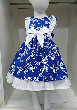 Vestido en color azul con estampado de flores en color blanco.